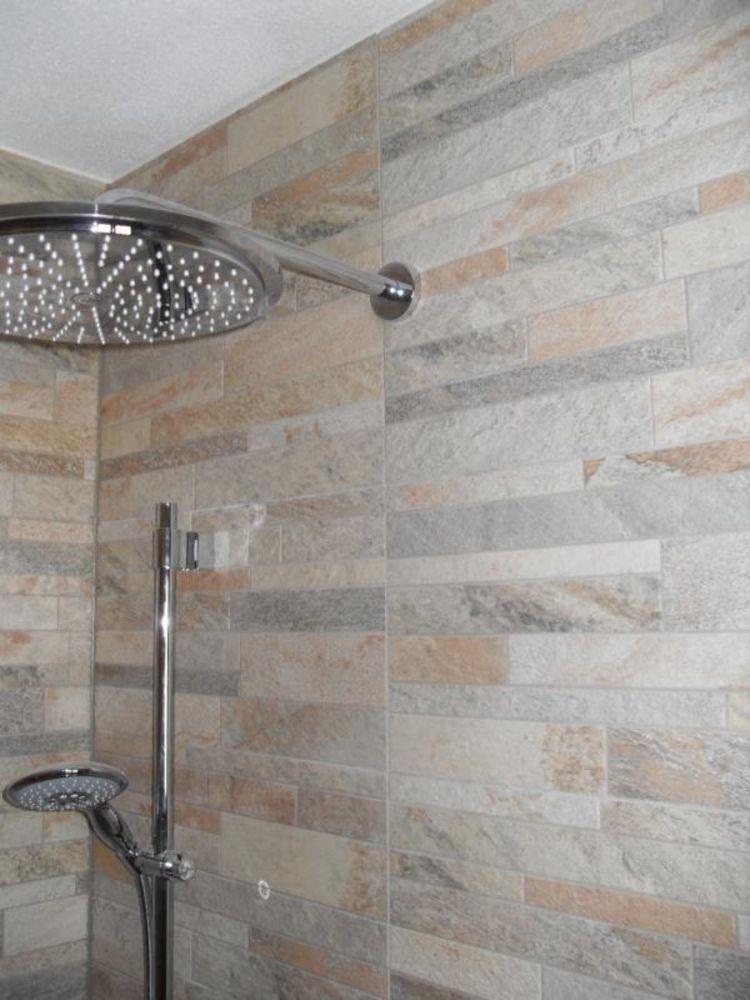 lowFliesenverblender in Dusche schaffen ein Wohlfühlambiente